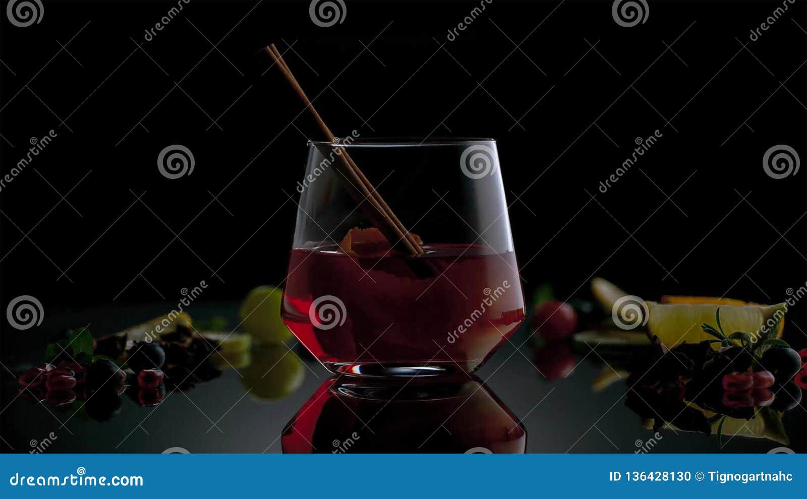 Kuba Libre eller coctail för med is te med stark alkohol på mörk bakgrund