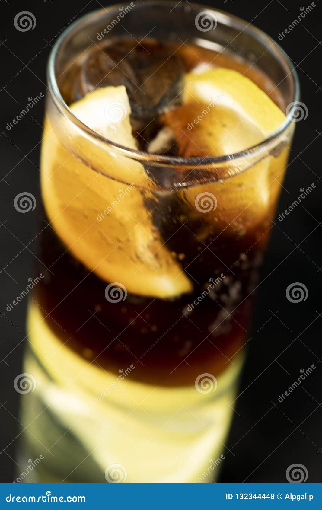 KubaLibre coctail med rom, cola- och limefruktfruktsaft med limefruktkilen och fullt av isar
