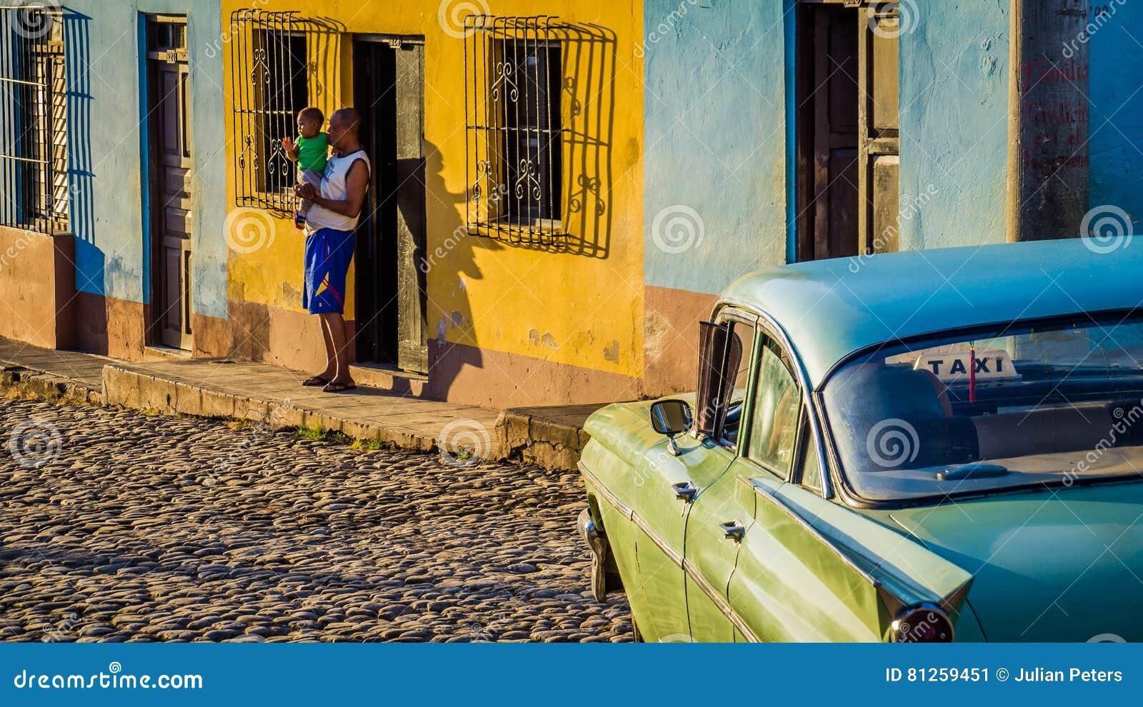 Kubaner mit Oldtimertaxi in Trinidad
