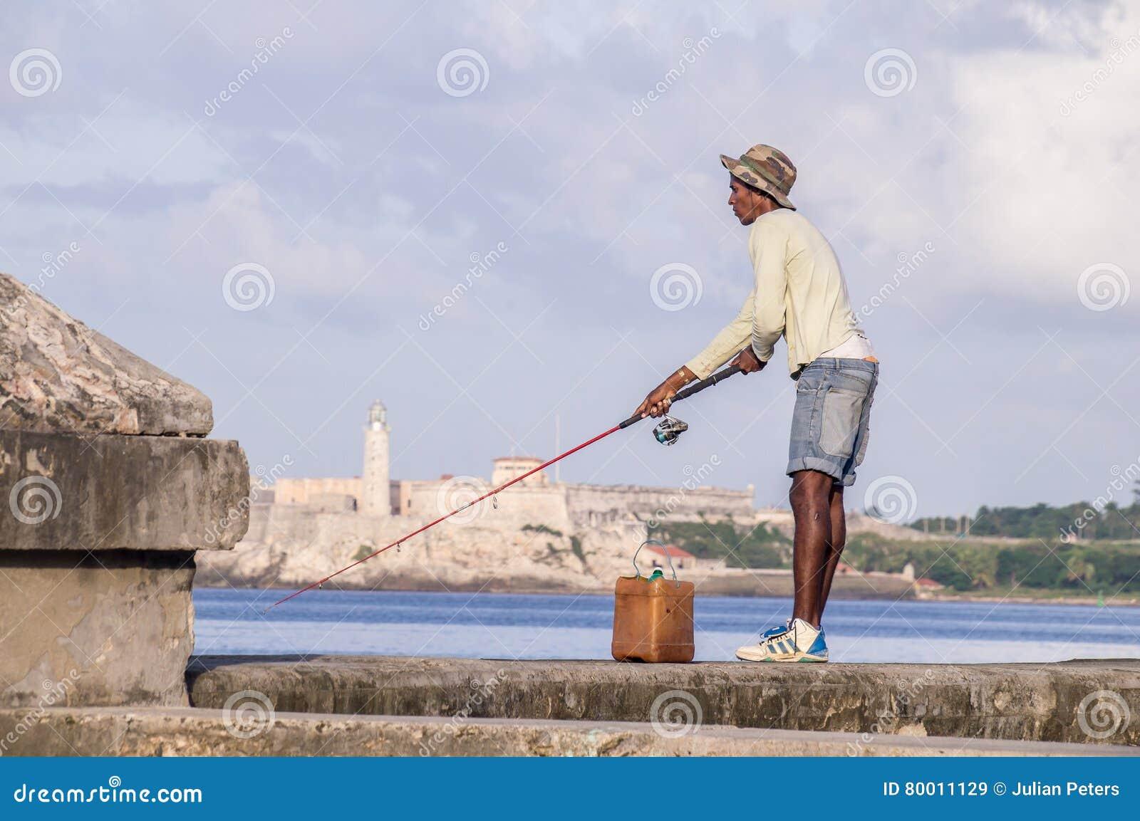 Kubanischer Fischer mit Stange auf Malecon vor Castillo