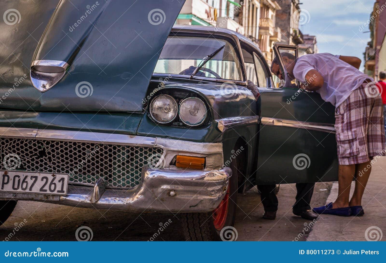 Kubanischer Mechanikerfestlegung Oldtimer nach Zusammenbruch
