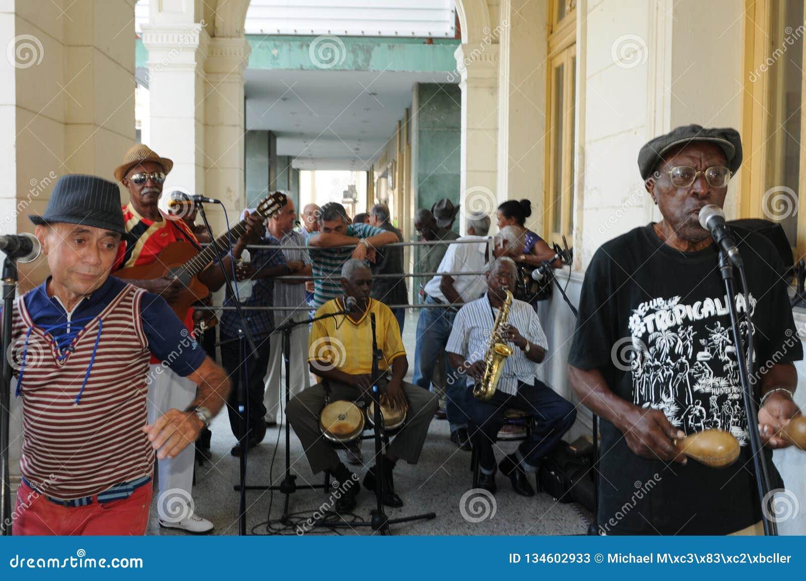 Kubansk musikband som spelar sonen och salsa i Santa Clara City
