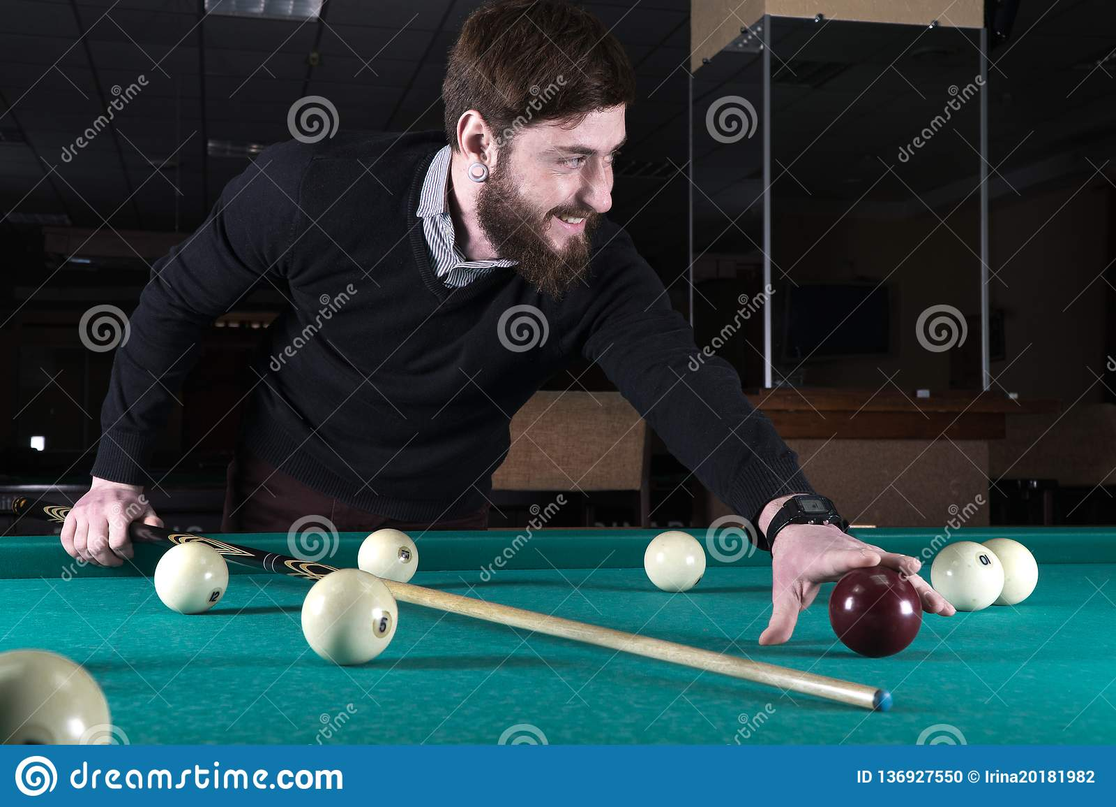 Kubb ögonblicket för biljardsammanbrottmannen plays spheres fritid indikation