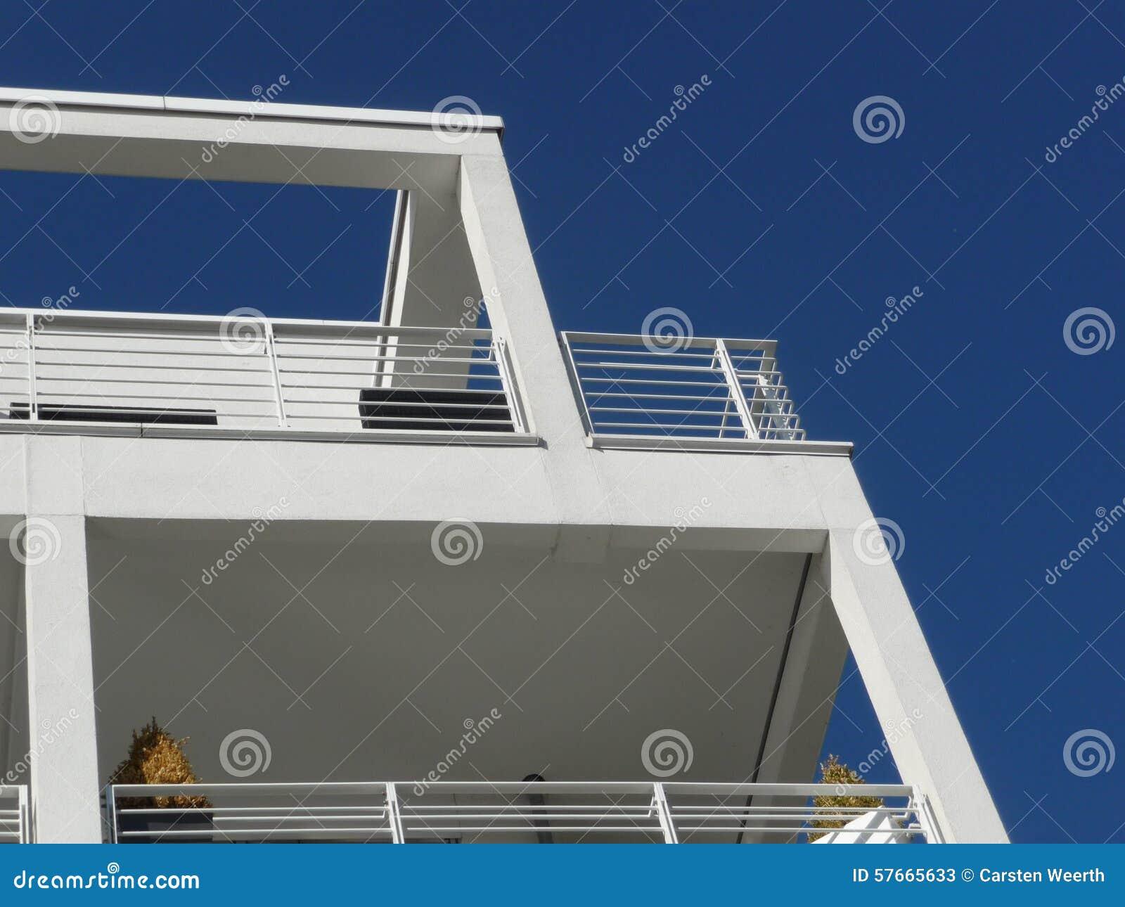 Kubbyggnadsdetaljer och balkong som underifrån ses
