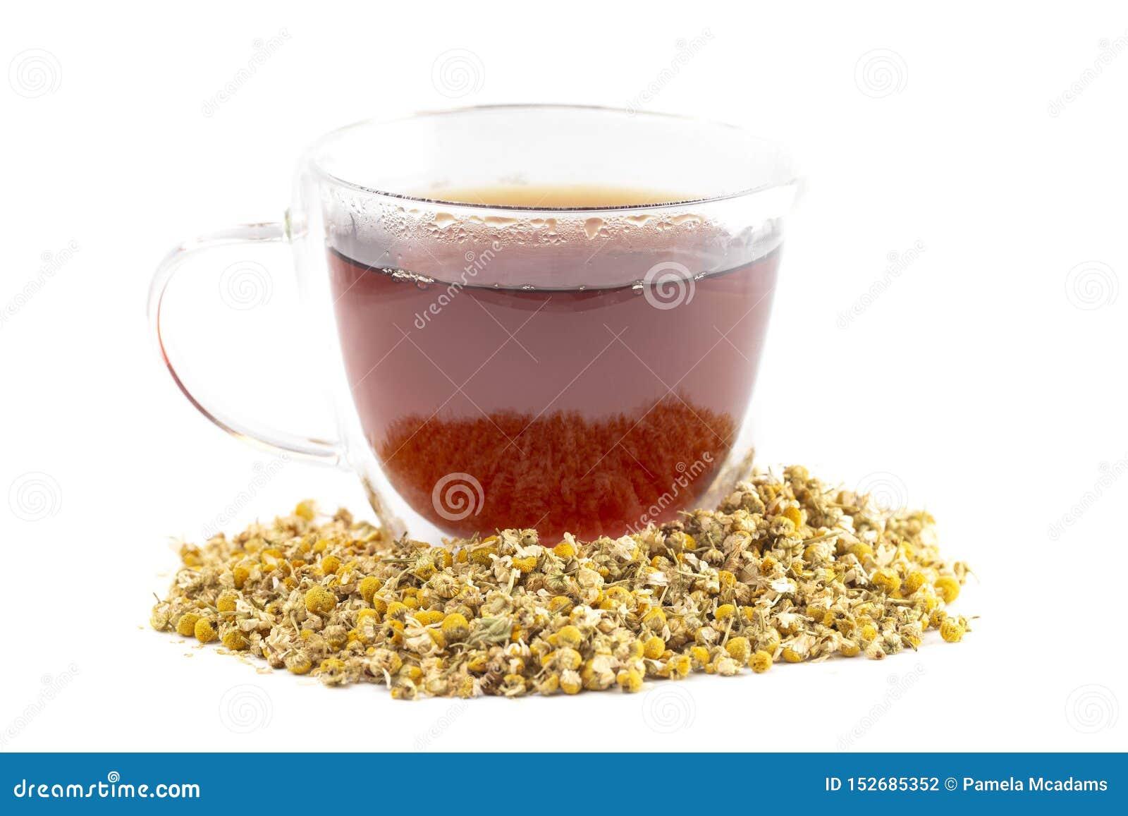 Kubek Gorąca Chamomile herbata z Wysuszonymi Chamomile kwiatami Odizolowywającymi na Białym tle
