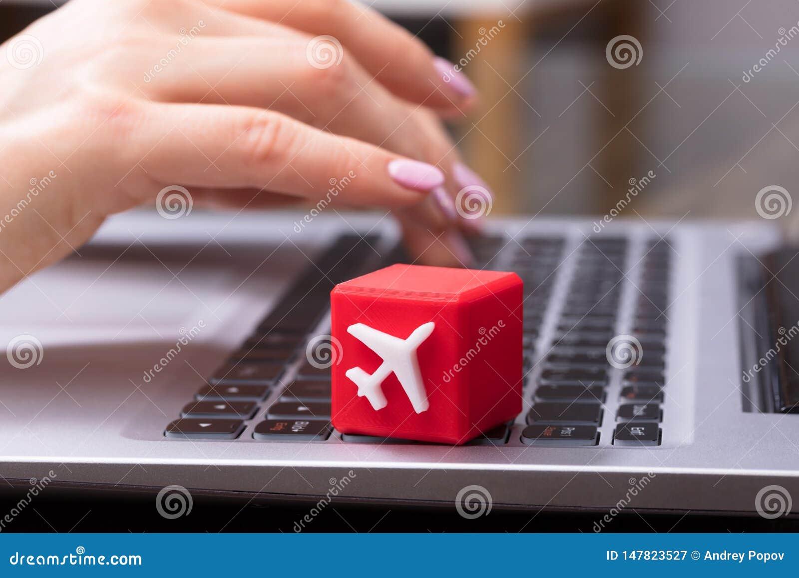 Kubikblock mit weißem Flugzeug-Symbol