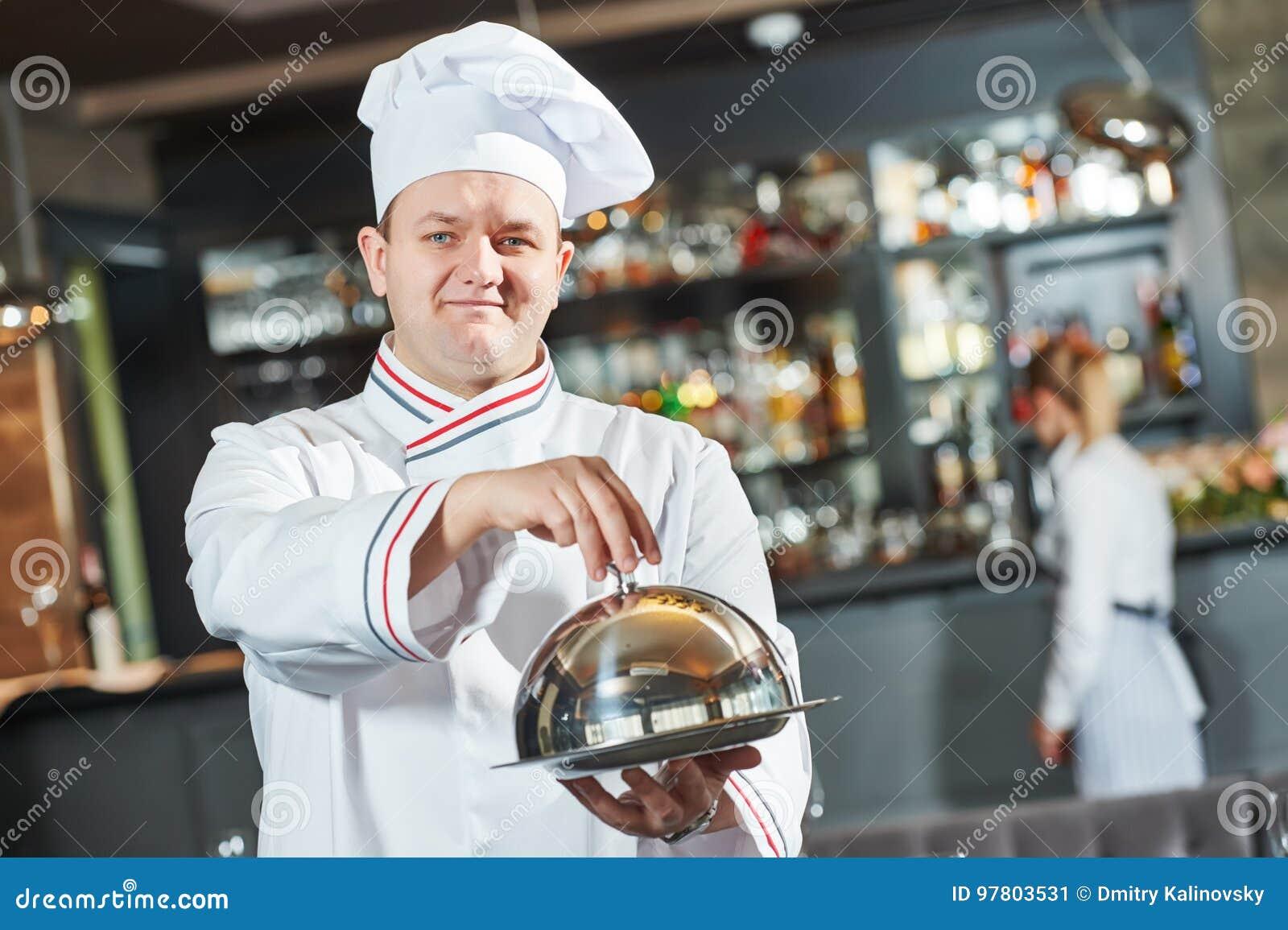 Kucbarski szef kuchni przy restauracją
