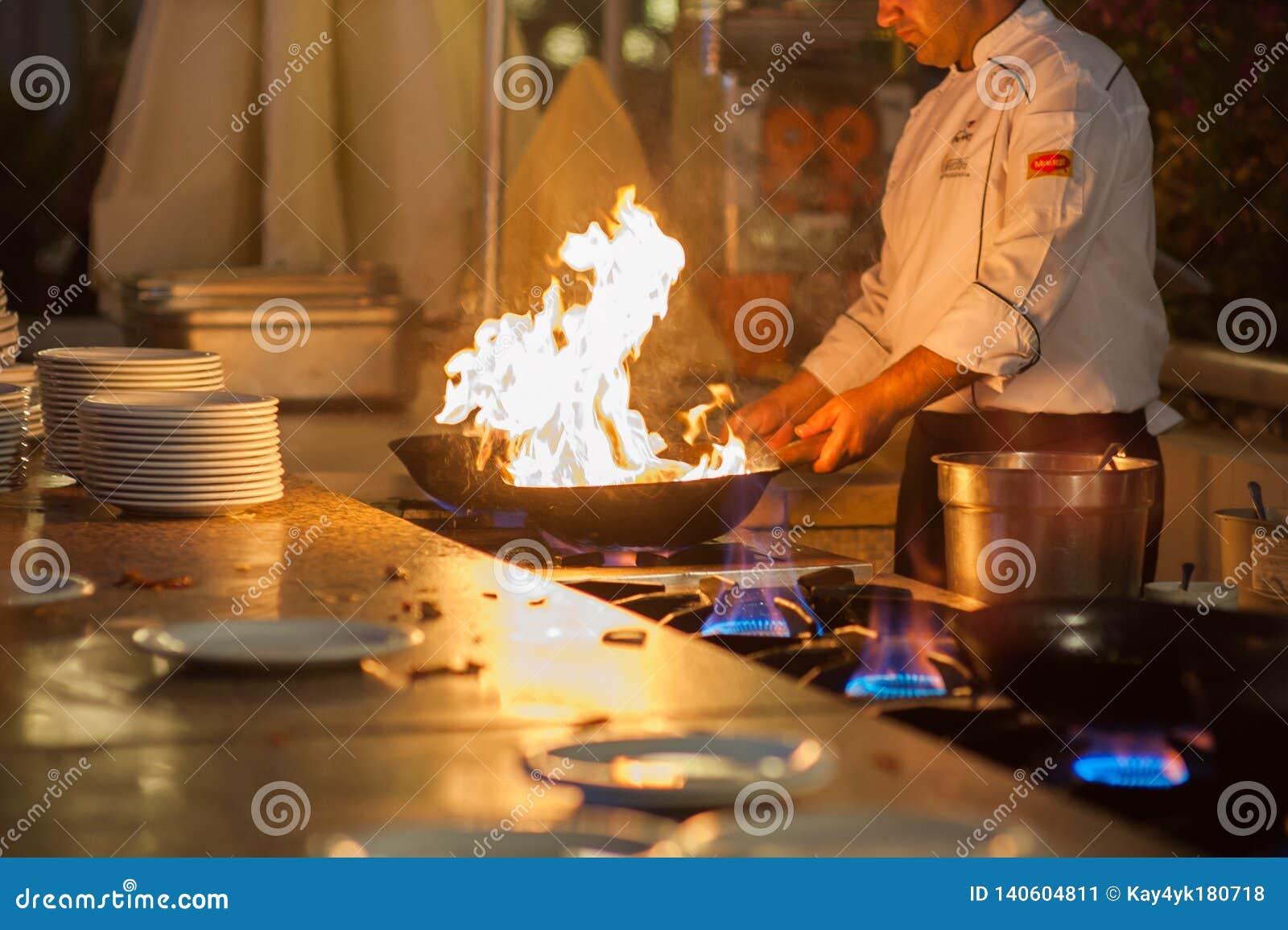 Kucharzów kucharzi w dwa wypiekowych prześcieradłach, dłoniaki na wysokim upale