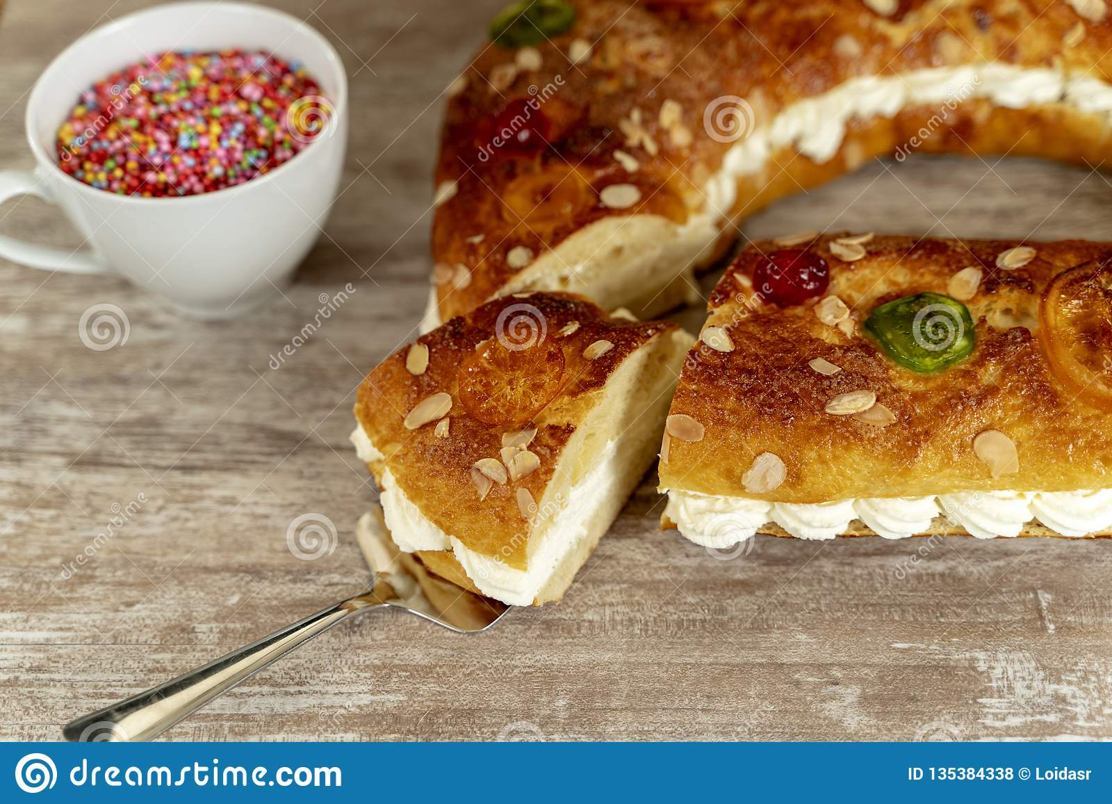 Kuchen Königs machte eigenhändig im Ofen, auf einem gemütlichen Holzfuß