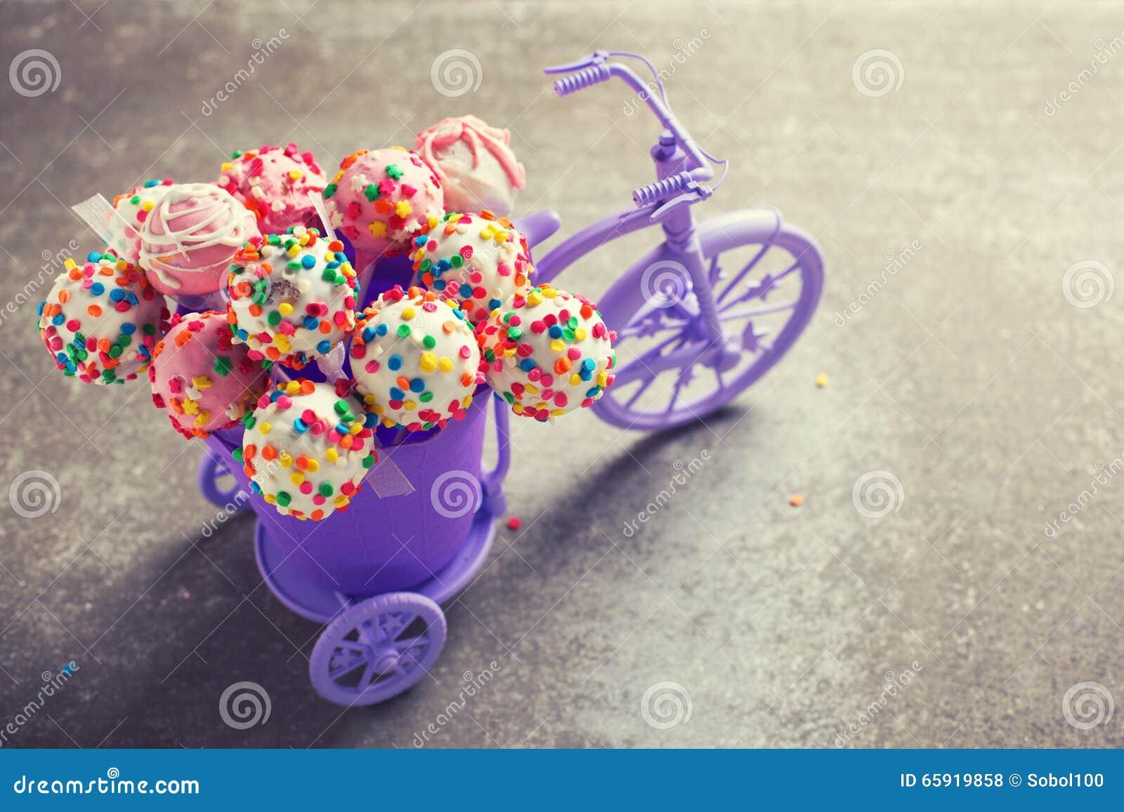 Kuchen Knallt Im Dekorativen Fahrrad Auf Grauem Schieferhintergrund