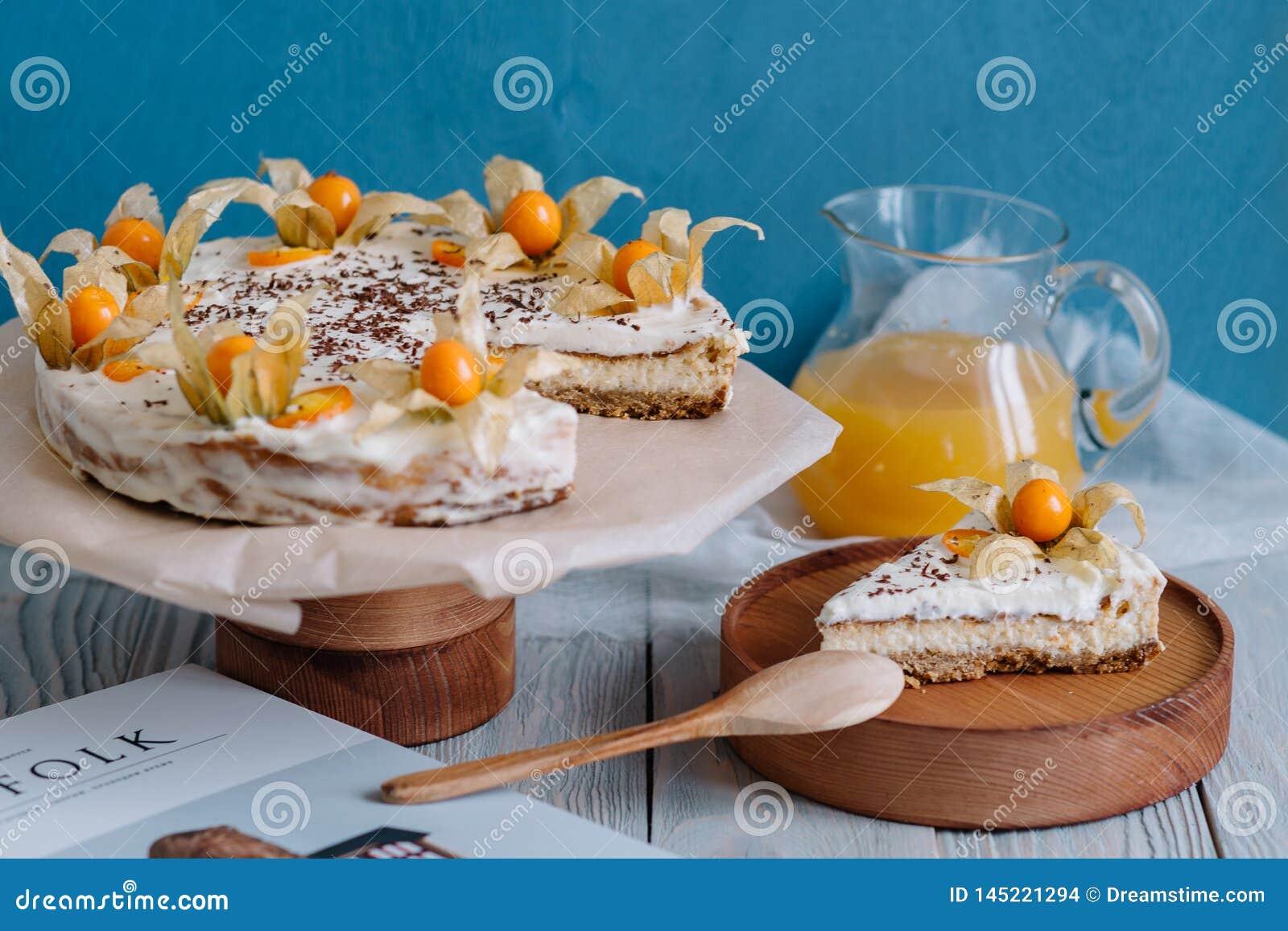 Kuchen mit Beeren auf einem hölzernen Stand im Stillleben
