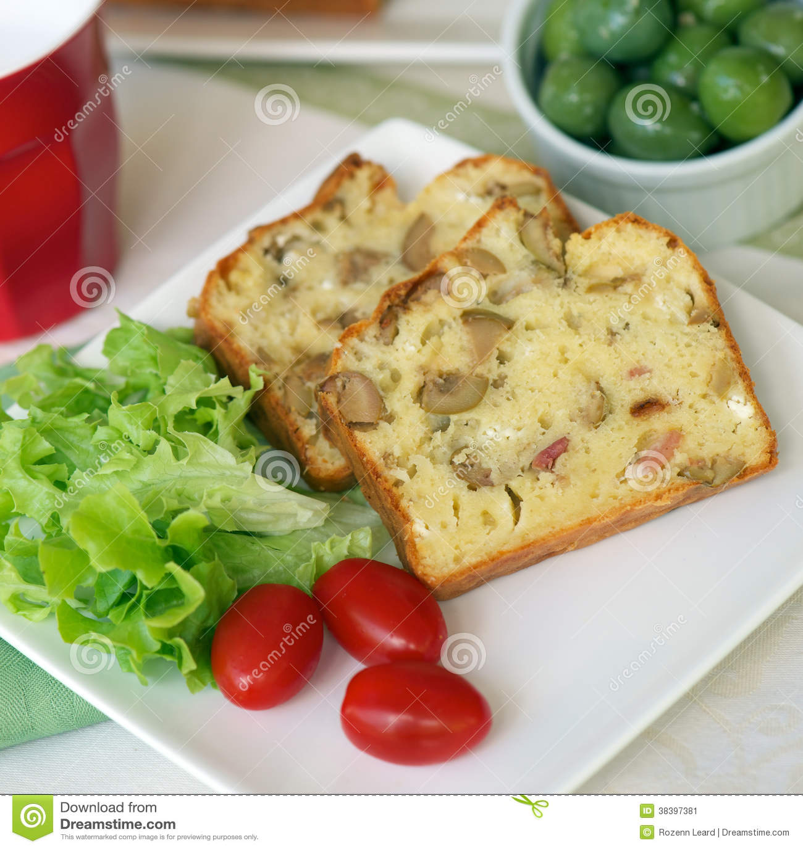 Kuchen mit oliven und speck