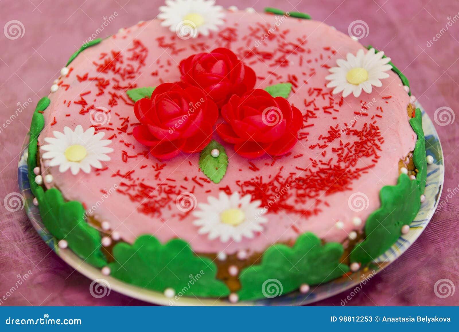 Kuchen Mit Rosa Zuckerglasur Rotem Und Raffiniertemzucker Bluht