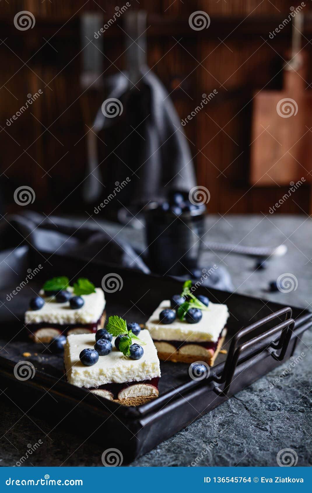 Kuchen mit Schicht Schwammkeksen, Blaubeergelee und Schlagsahne