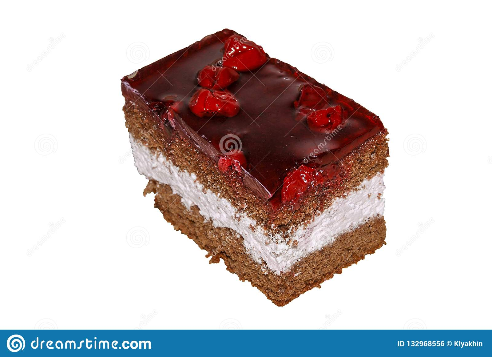 Kuchen mit Schokoladenschwammkuchenschlagsahne und -kirschen