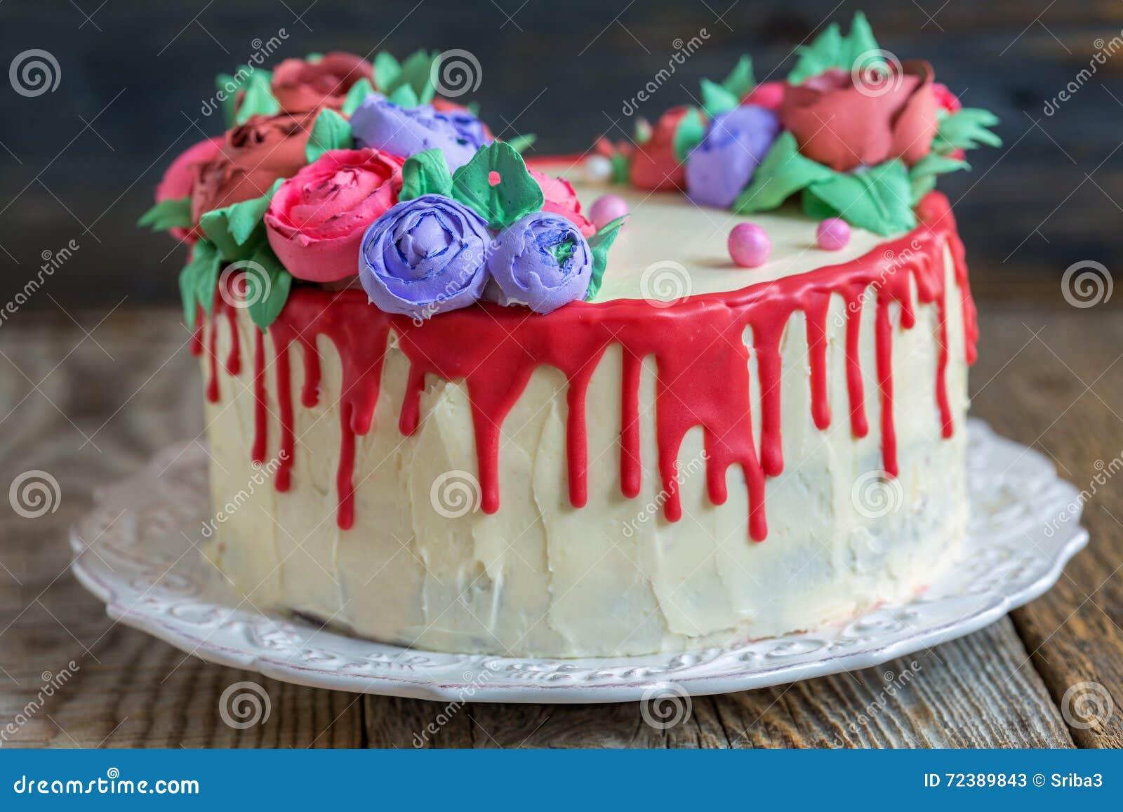 Kuchen Verziert Mit Blumen Von Der Creme Und Von Der Roten