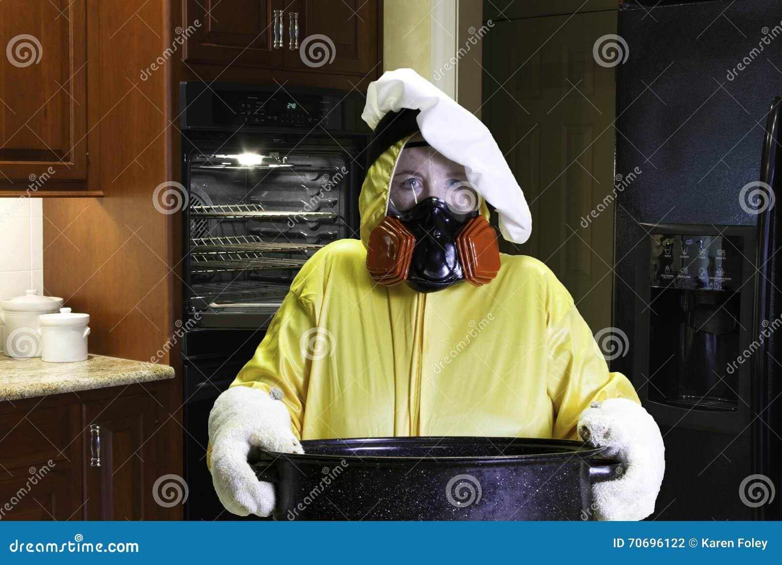 Kuchenna katastrofa z HazMat kostiumem