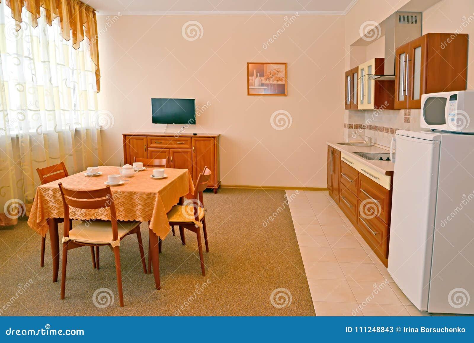 Kuchnia W Pokoju Hotelowym Wnętrze W Ciepłych Kolorach Obraz