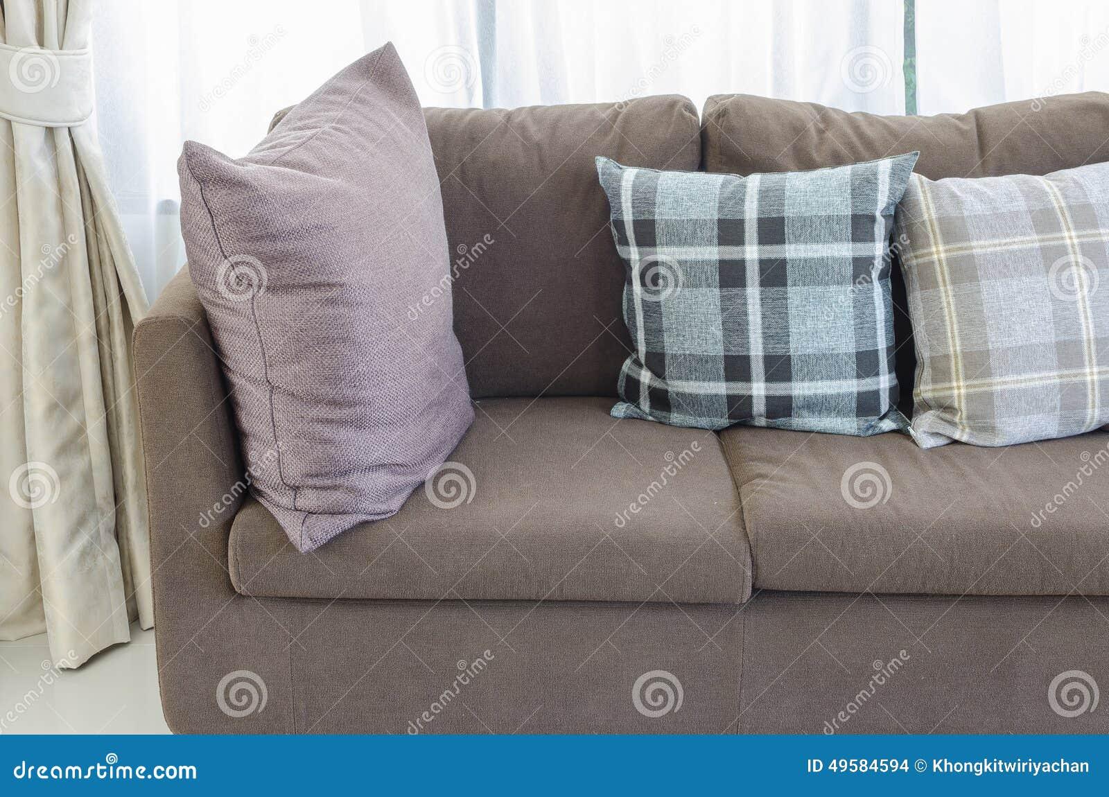 Kuddar på den bruna moderna soffan i vardagsrum arkivfoto   bild ...
