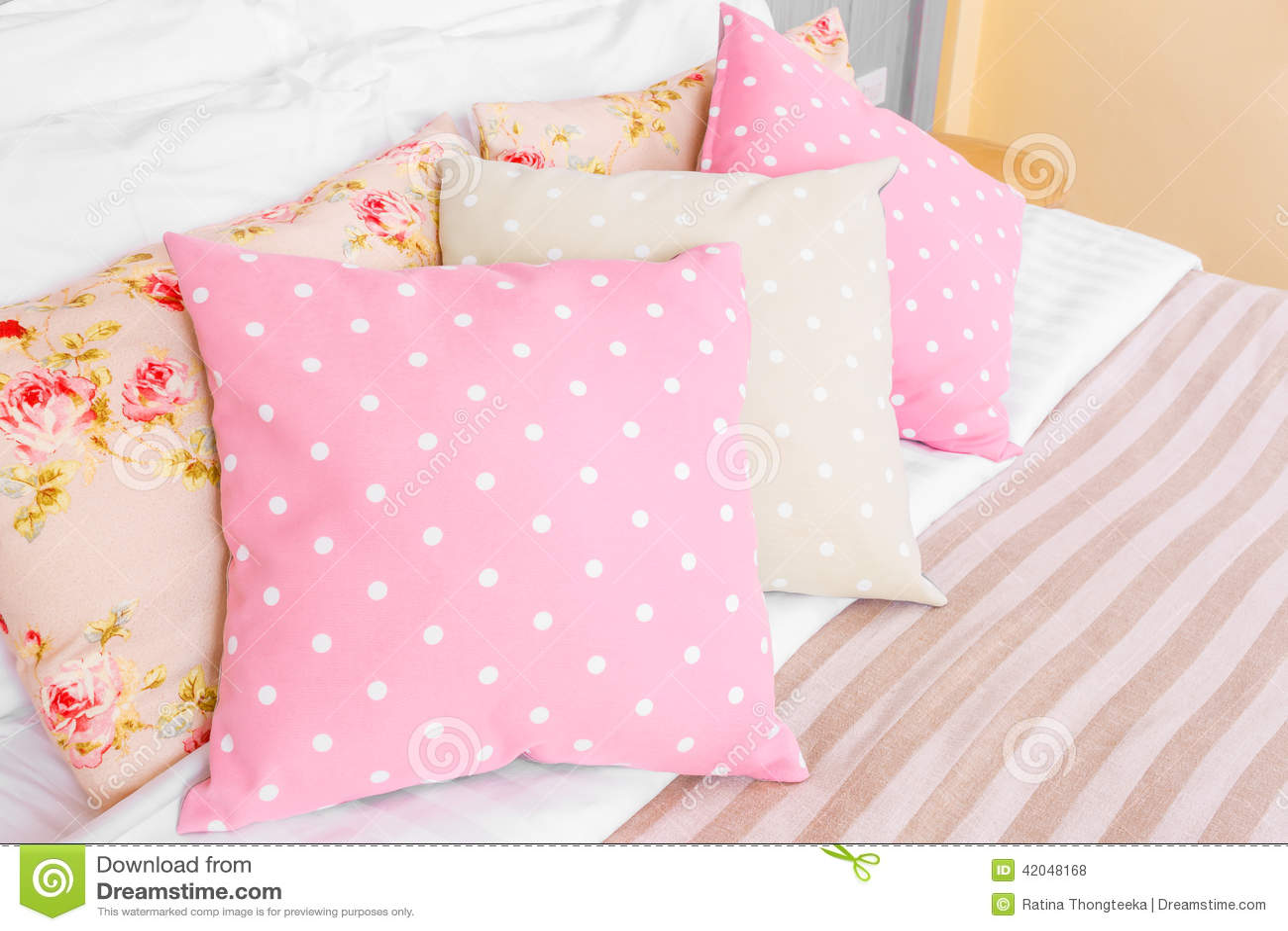 Kudde prickfärg i sovrummet arkivfoto   bild: 42048168
