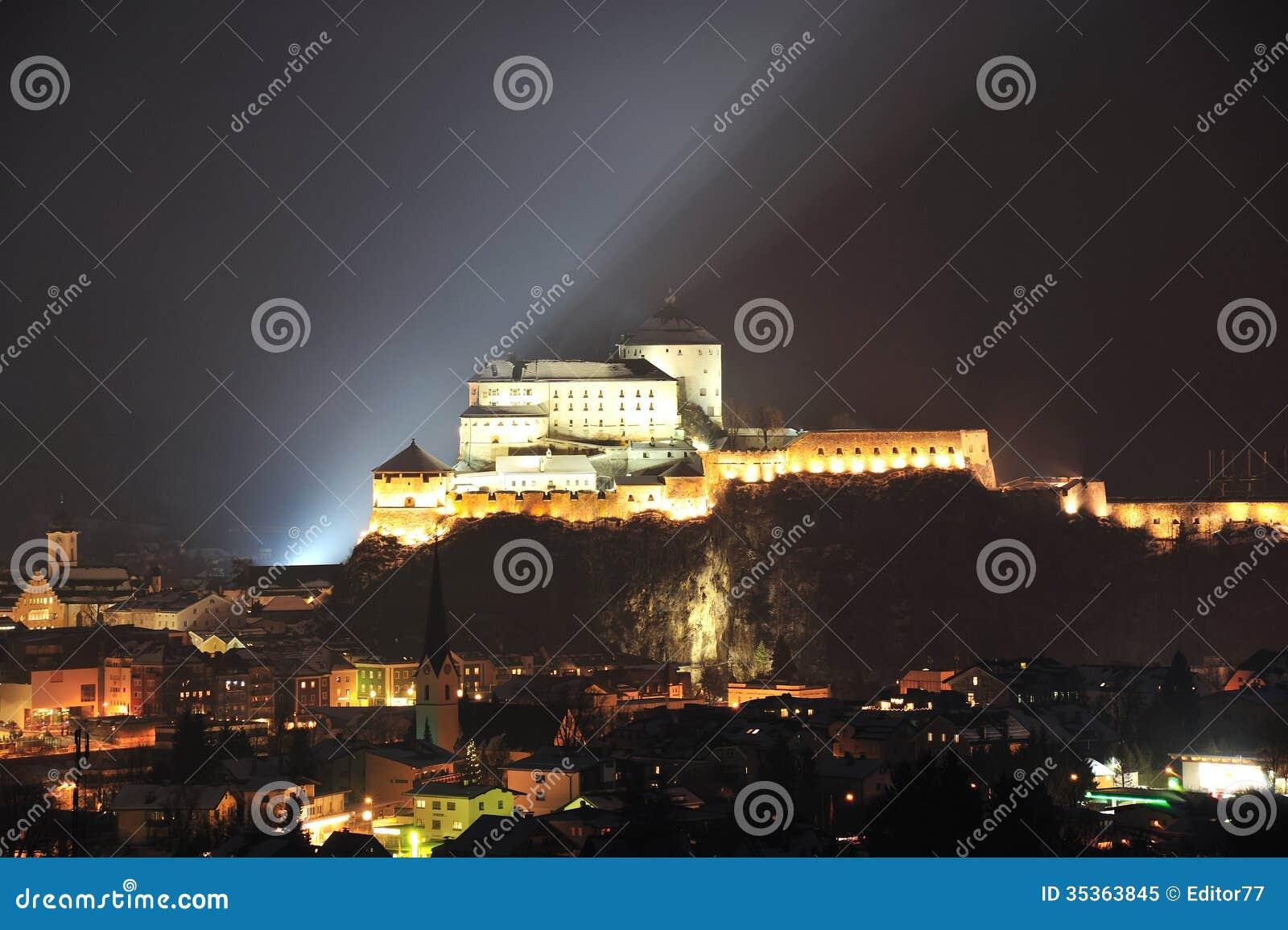 Kufstein forteca w nocy