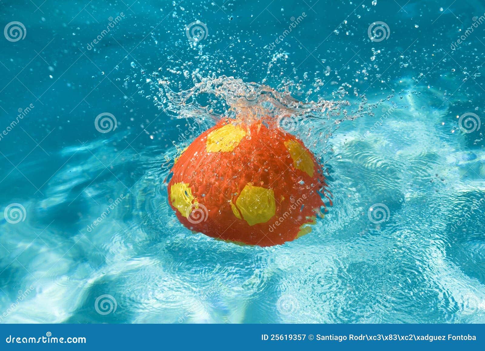 Kugel die im pool spritzt stockbild bild von plastik for Pool plastik