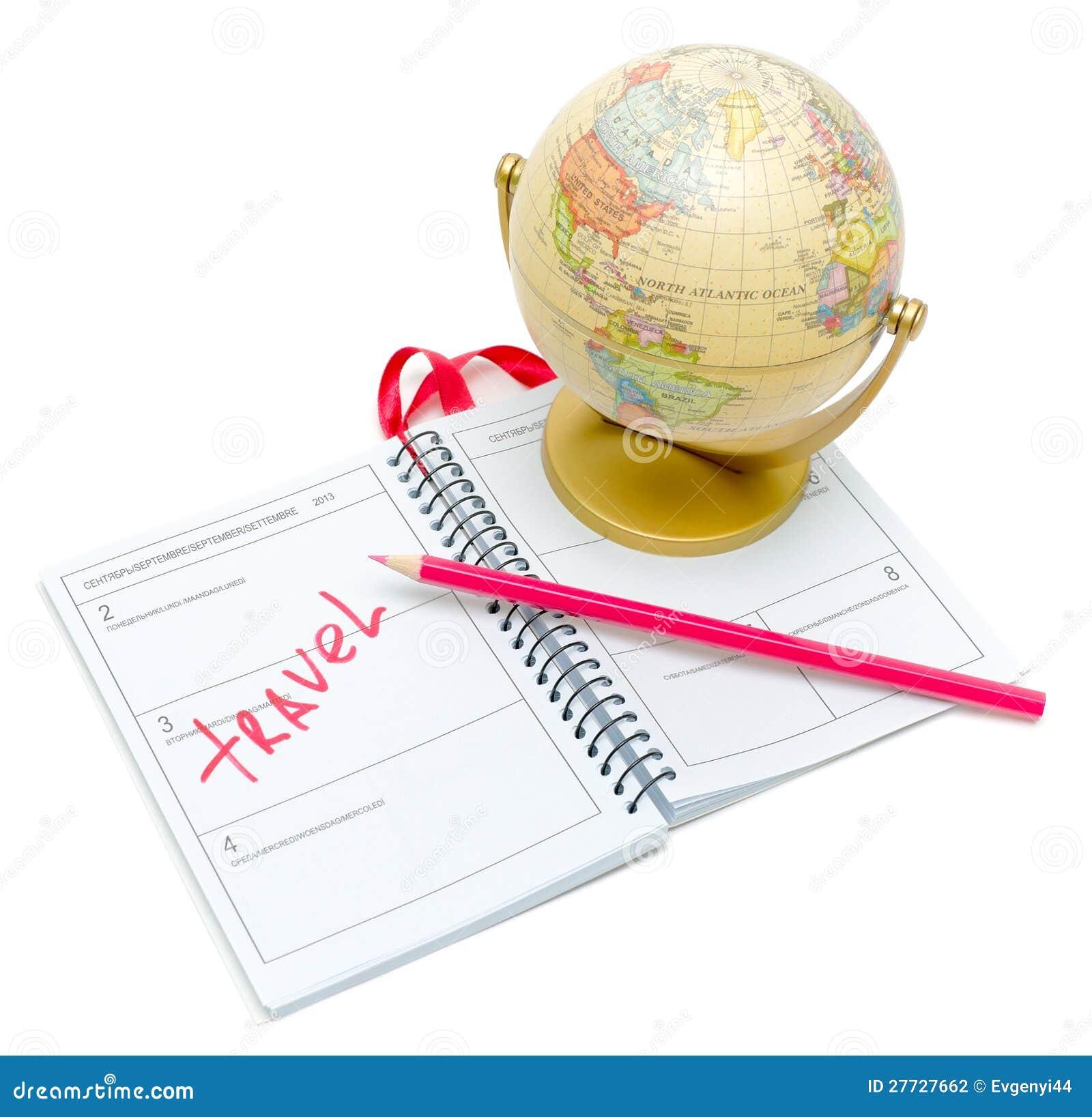 Kugel, ein Notizbuch und Bleistift auf weißem Hintergrund