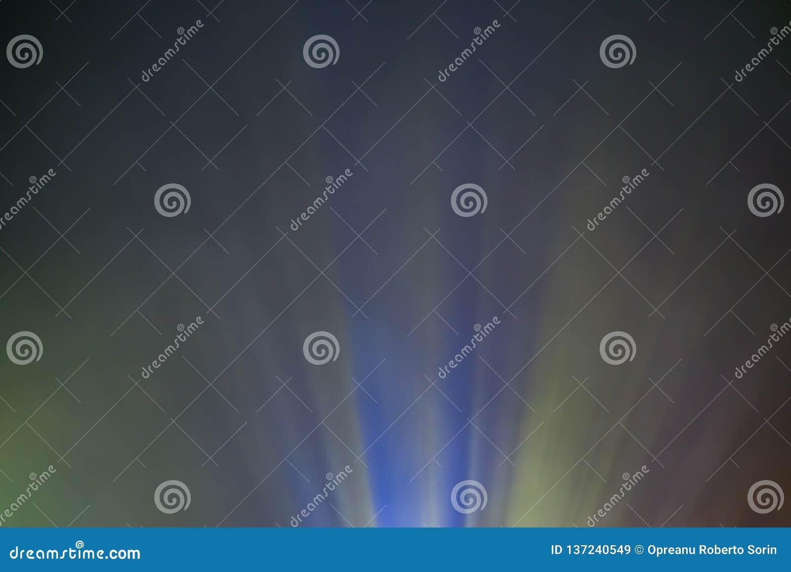 Kulör ljus stråle för projektor till och med rök för film och bio på natten