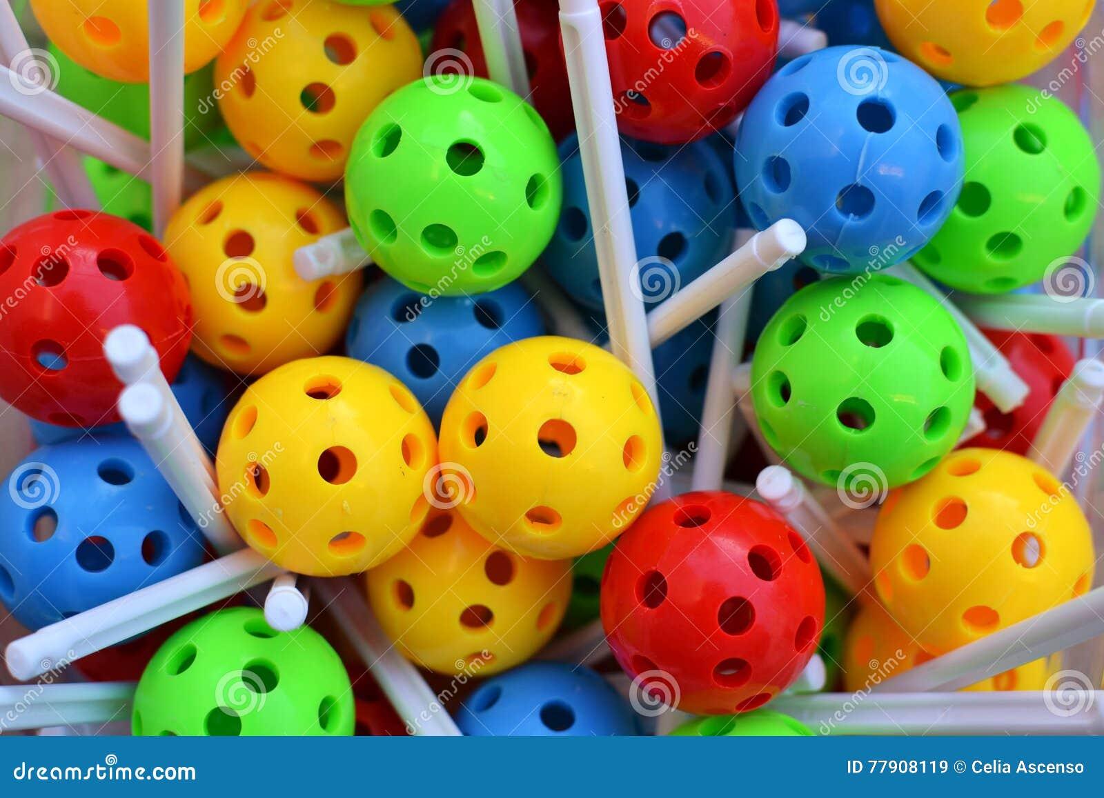Kulöra bollar som bygger leksaken