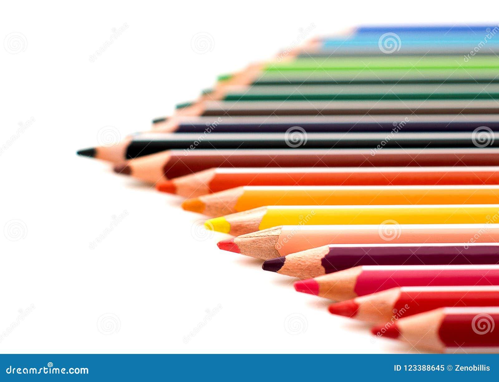 Kulöra vässade blyertspennor tätt upp isolerat på vit bakgrund Skolateckningsuppsättning Flerfärgad blyertspennasamling Selektiv