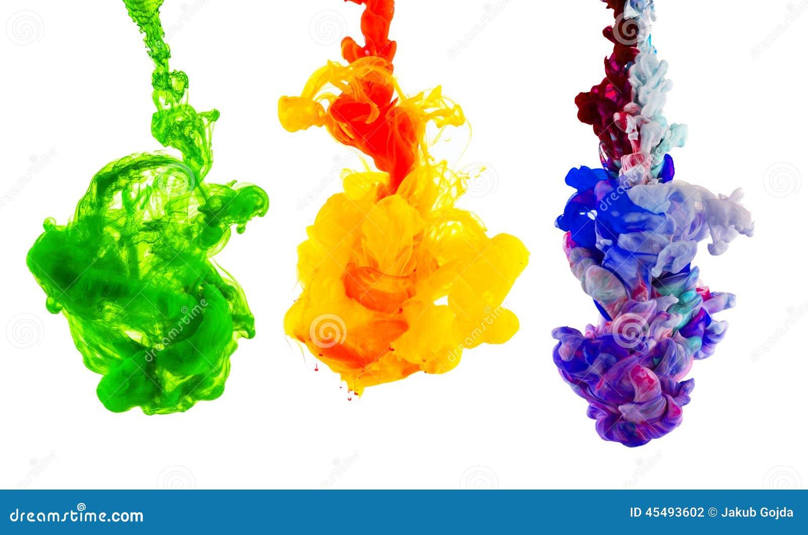 Kulört färgpulver som isoleras på vit bakgrund