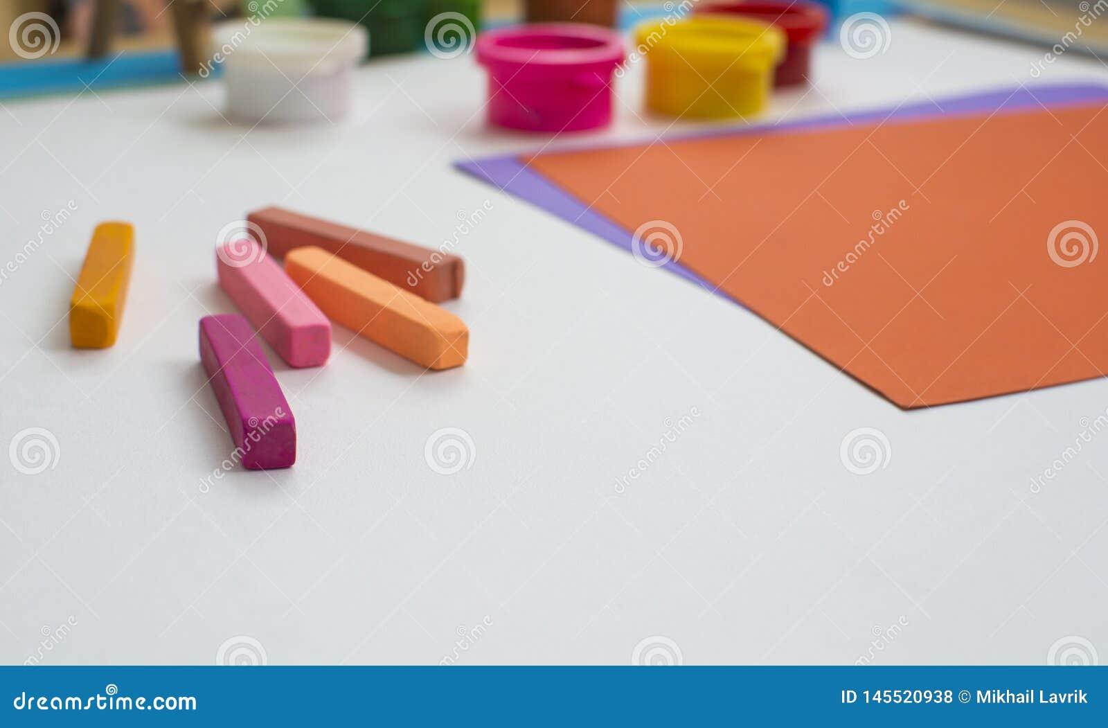 Kul?rt papper och m?larf?rger p? tabellen
