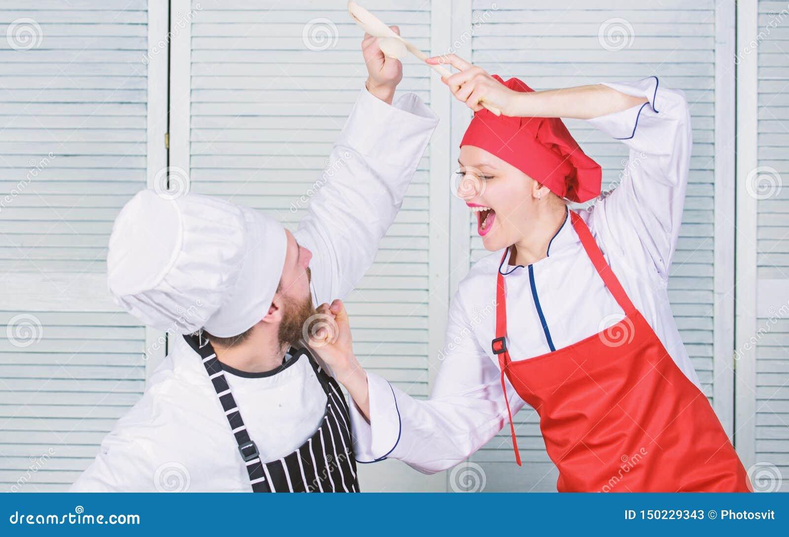 Kulinarisk strid av tv? kockar Par konkurrerar i kulinariska konster K?kregler Vem lagar mat b?ttre Kulinariskt stridbegrepp