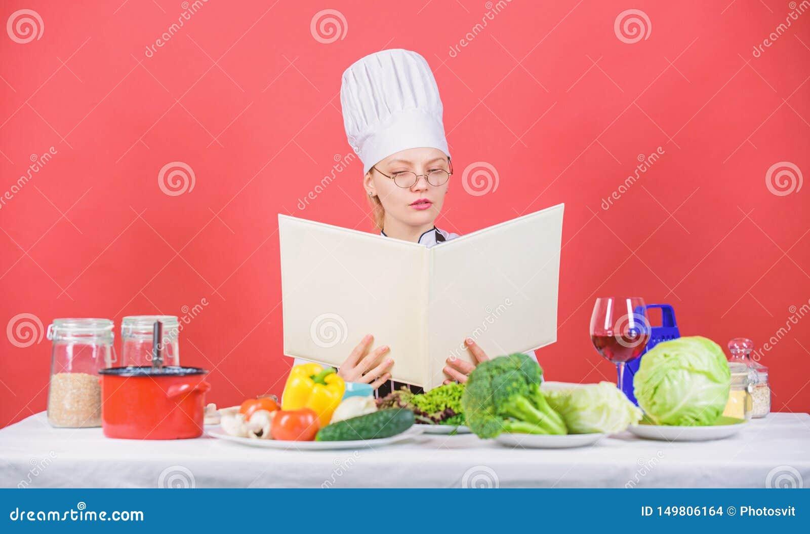 Kulinariskt skolabegrepp Kvinnlign i hatt och f?rkl?de vet allt om kulinariska konster Kulinarisk expert Kvinnakock