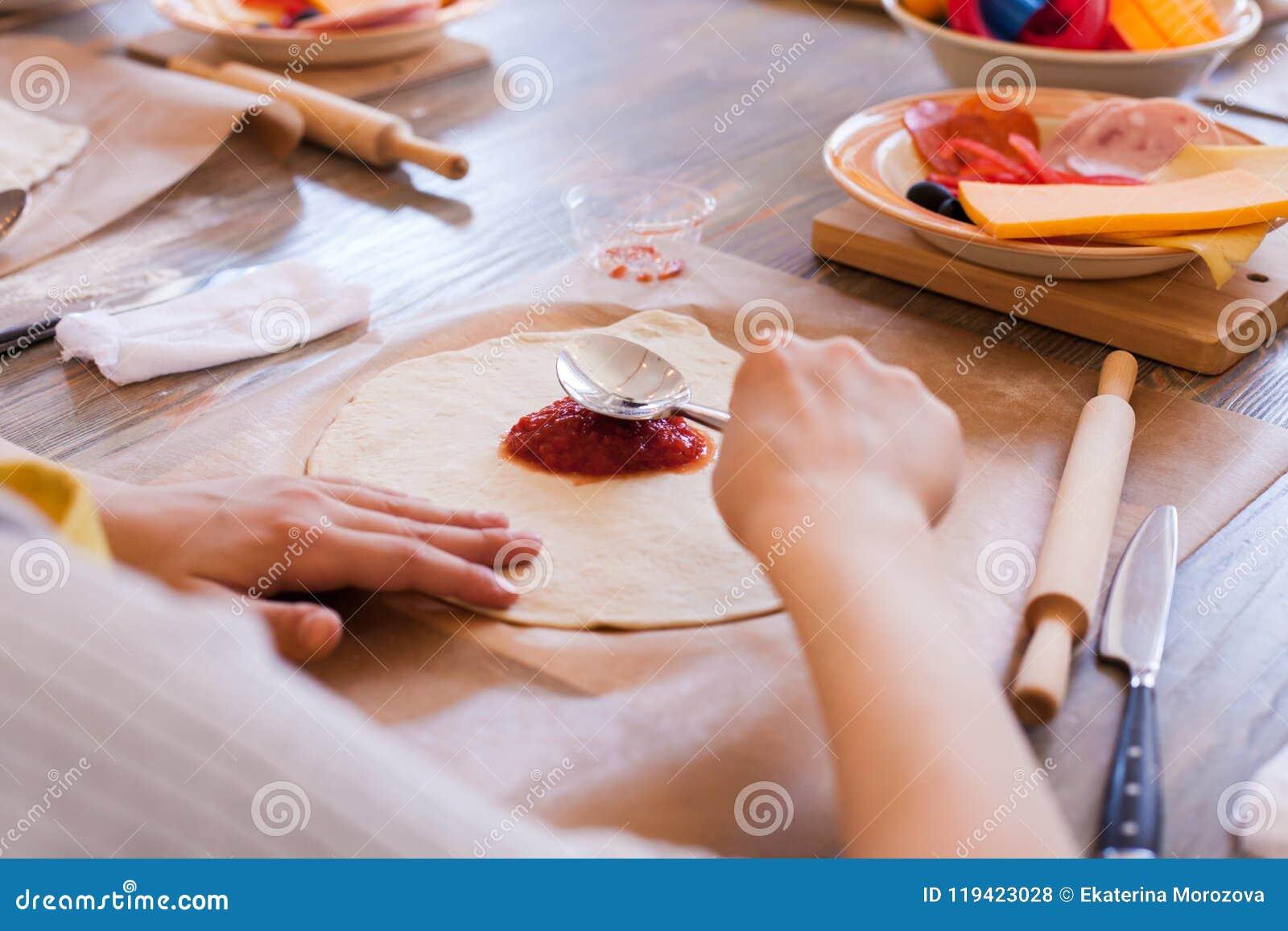 Kulinarna klasa, kulinarna jedzenie i ludzie pojęć, desktop dostaje przygotowywający dla pracy, składniki dla włoskiej pizzy Dzie