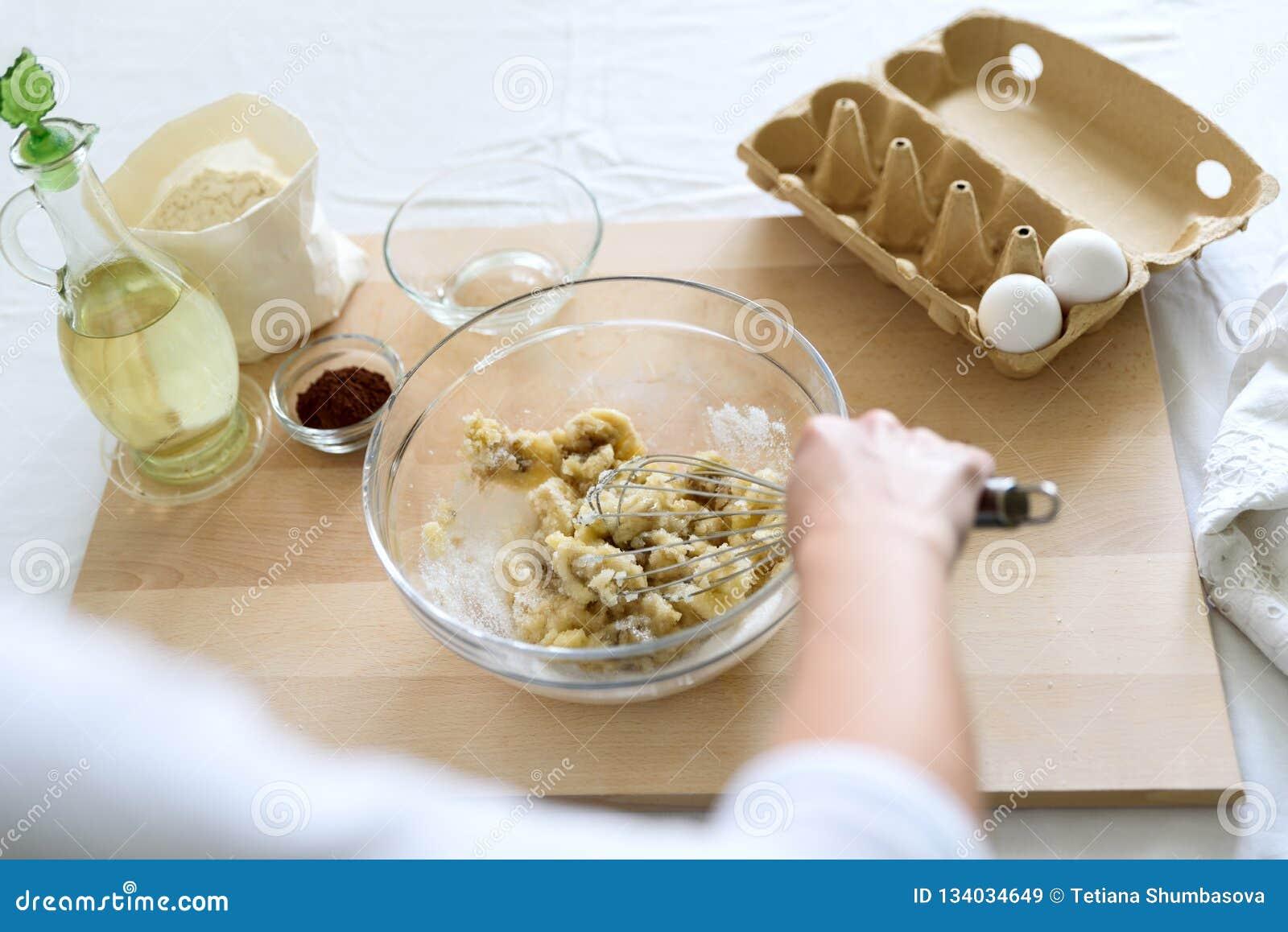 Kulinarni Bożenarodzeniowi czekoladowi słodka bułeczka Mieszać składniki dla punktów, babeczki, bliny Kobieta wręcza narządzanie