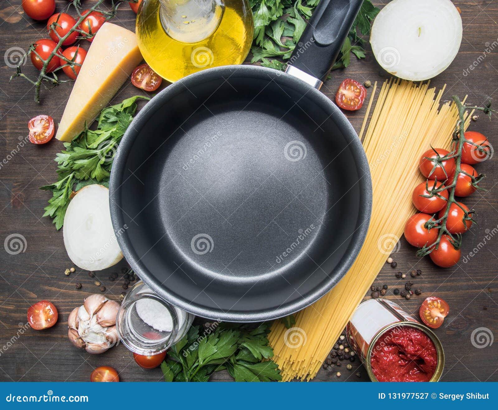 Kulinarny jarski makaron z czereśniowymi pomidorami pietruszka, cebula, czosnek, masło, pomidorowa pasta i ser składniki jest lai