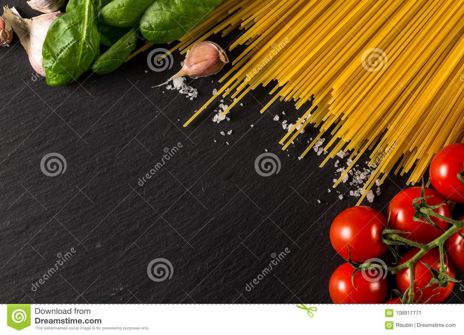 Kulinarny tło dla makaronu, pomidoru, ziele i pikantność,