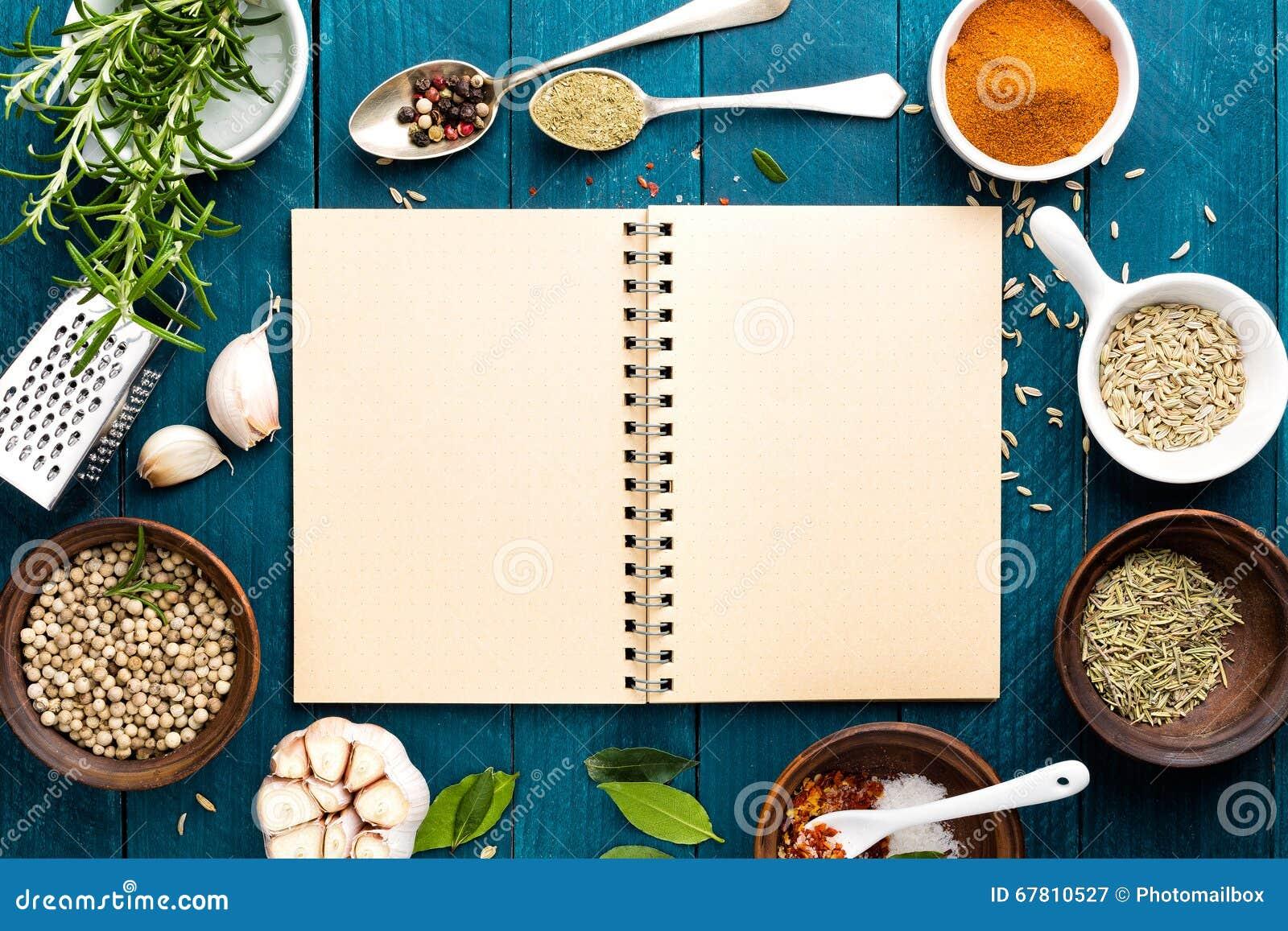 Kulinarny tło i przepis rezerwujemy z pikantność na drewnianym stole