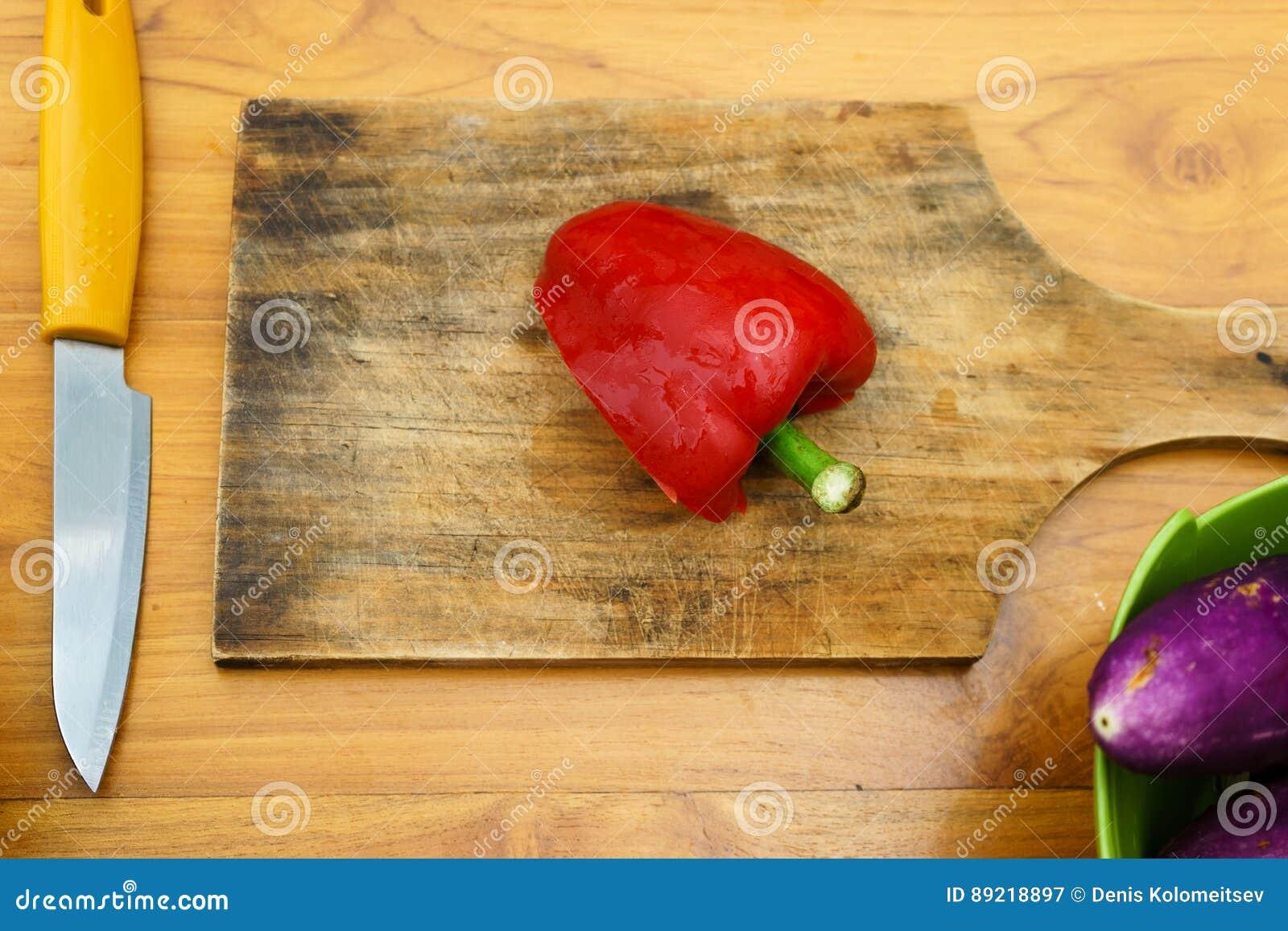 Kulinarny warsztat blisko sałatka wystrzelona w górę warzywa