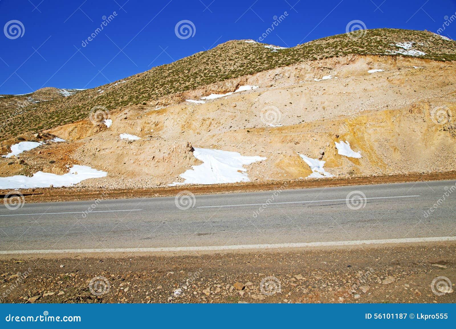 Kullen i gatan för africa den vita linjen jordning för den lösa vinkelasfalt är