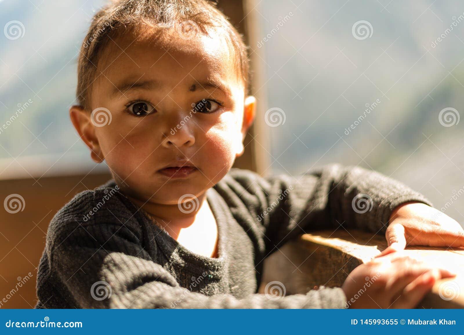 Kullu, Himachal Pradesh, Индия - 1-ое апреля 2019: Портрет гималайского мальчика, долины Sainj