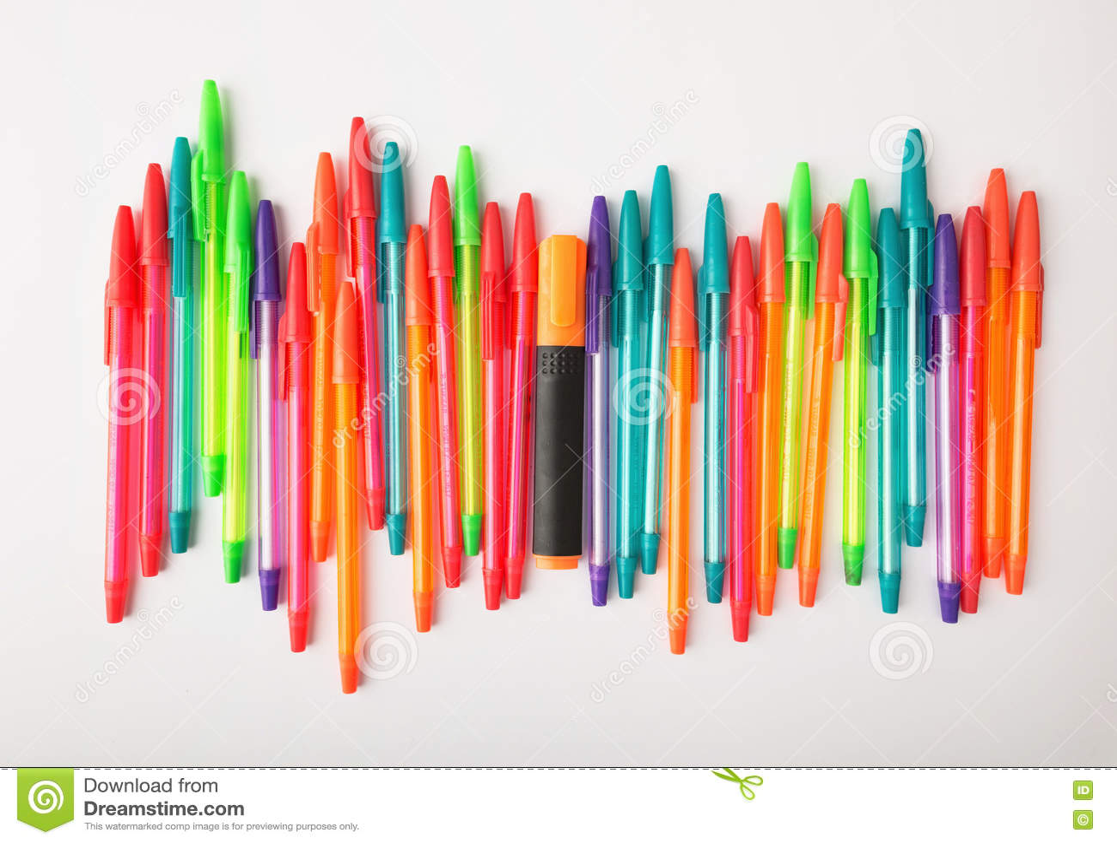 Kulspetspennor av olika färger på en vit bakgrund