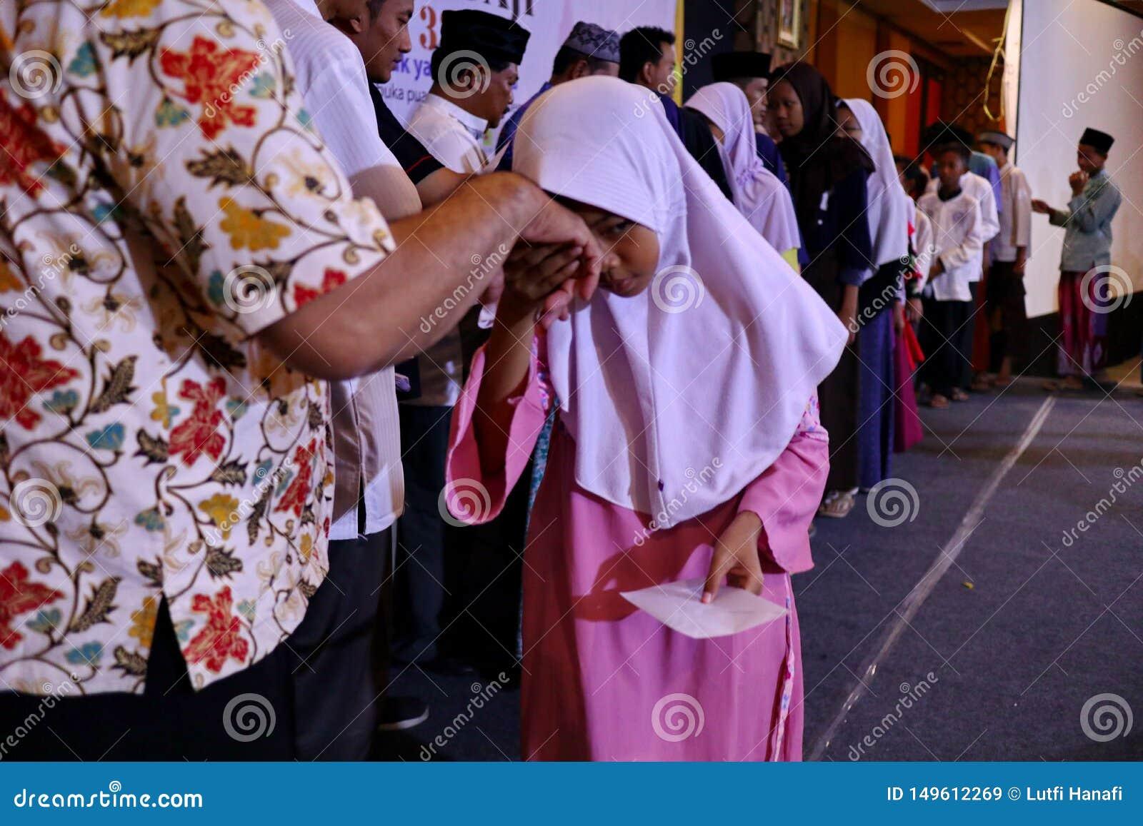 Kultur av att kyssa händerna av vuxna människor