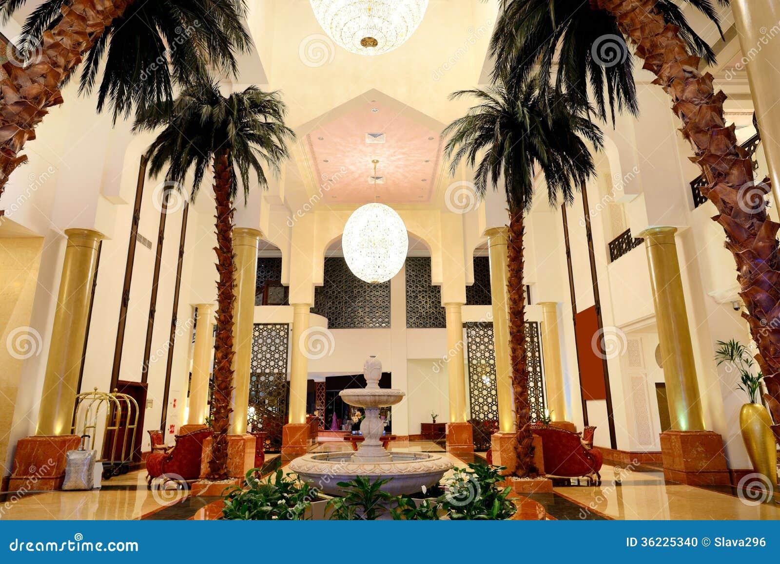 Kuluarowy wnętrze luksusowy hotel w nocy iluminaci