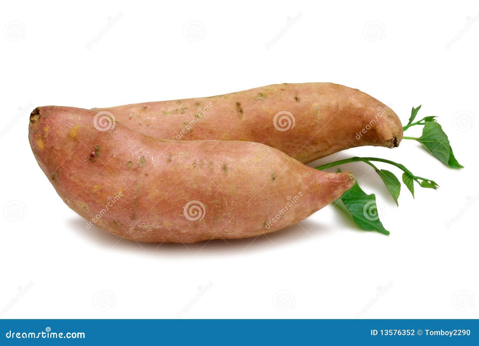 Due arancio Kumara (patata dolce) isolato su bianco con i fogli dalla ...