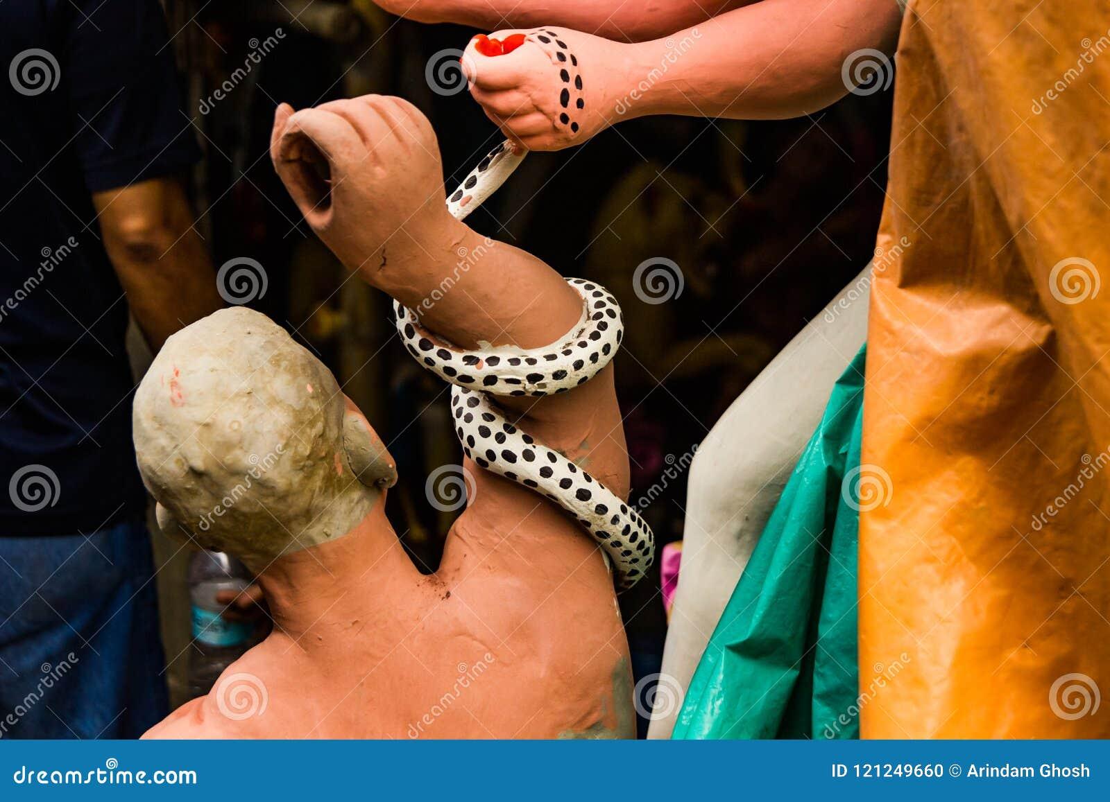 Kumartuli, Zachodni Bengalia, India, Lipiec 2018 Gliniany idol Mahishashura nemeis bogini Durga i demon w budowie durg