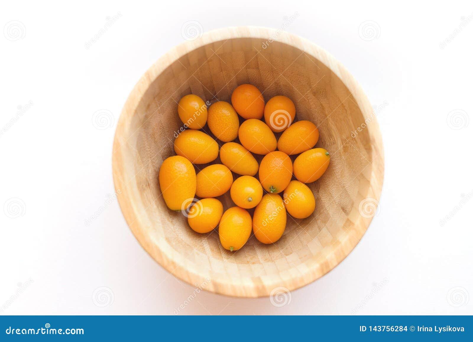 Kumquats ou cognassier du Japon d agrume de cumquats d isolement sur le fond blanc Un bol rond de kumquat
