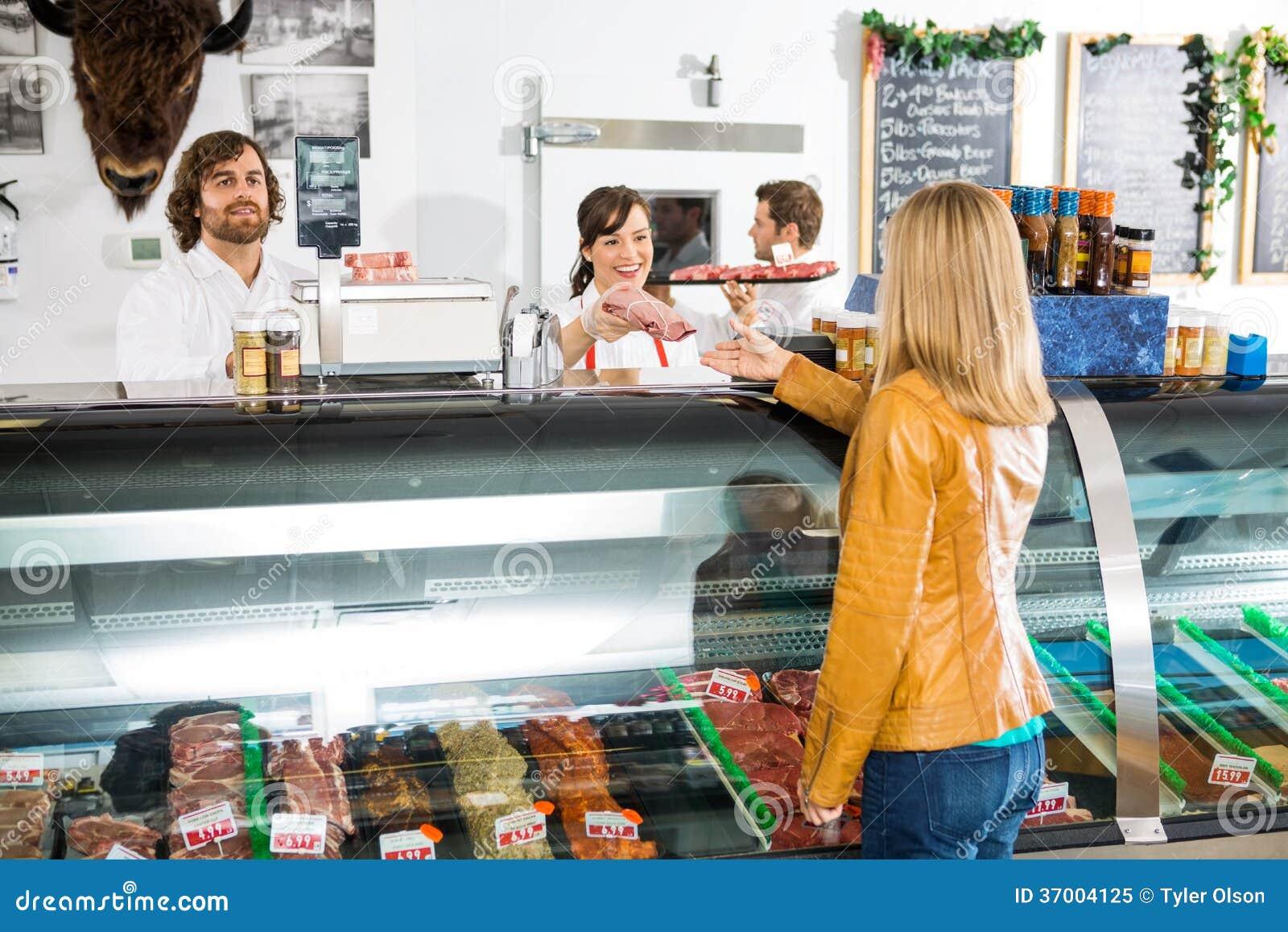 Kund för försäljareGiving Meat To kvinnlig