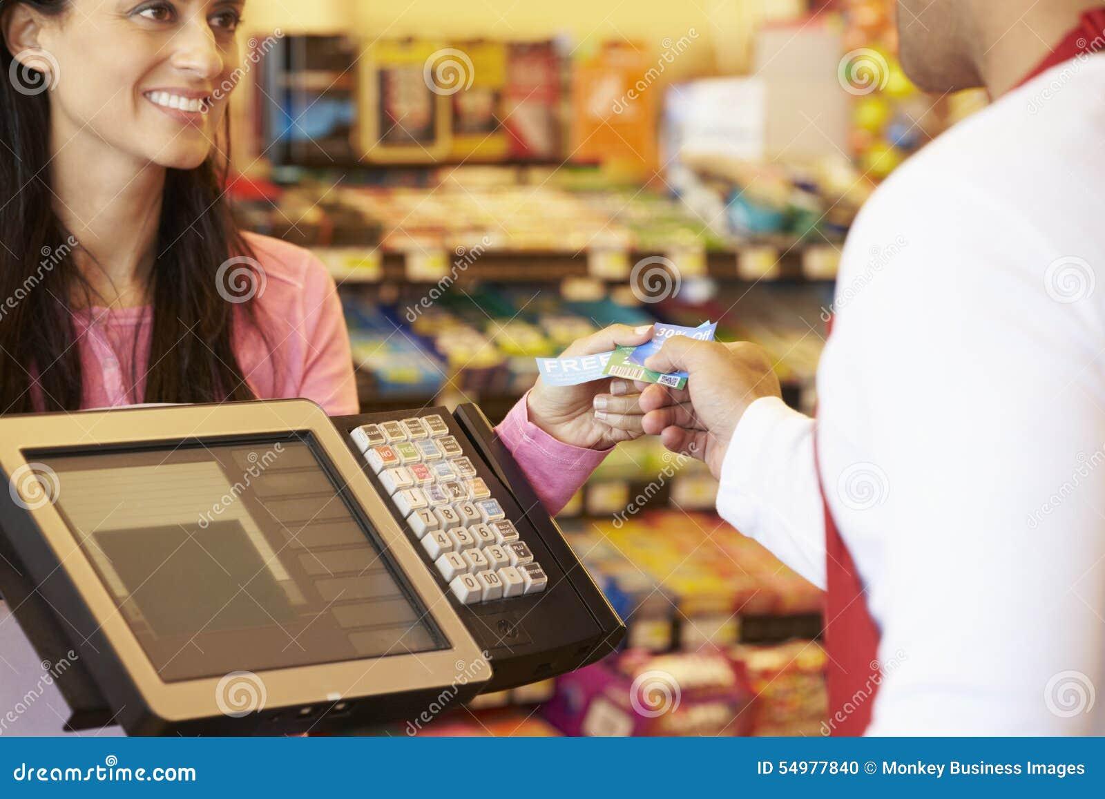 Kund som betalar för att shoppa på kontrollen med kortet